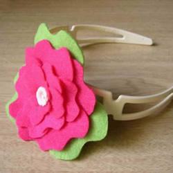 新手也能学会!自制简单毡布花朵发箍的方法