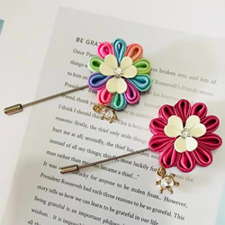 自制花朵形状的胸针 会用缎带做花瓣就不难!