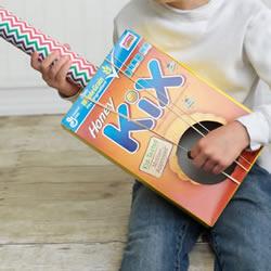 纸盒废物利用小制作 自制儿童吉他的方法教程