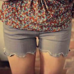 旧的牛仔裤改造荷叶边淑女短裤的方法图解