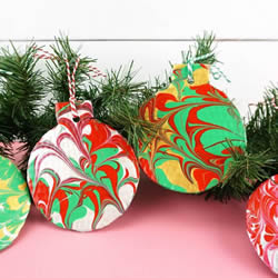 硬纸板废物利用制作圣诞球装饰的做法教程