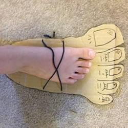 硬纸板手工制作万圣节道具巨人脚丫的做法