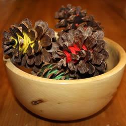松果上缠绕纱线 超简单秋天装饰品的制作方法