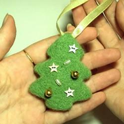 羊毛毡圣诞树挂饰的制作方法图解