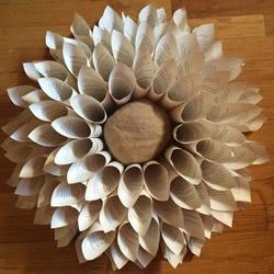 旧书废物利用手工制作花朵壁挂的做法教程