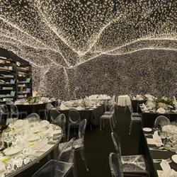 被25�f�KLED�舭����h室�Y坐了十���人物正在�_����的餐�d 提供非凡用餐�w�