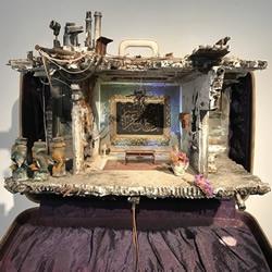 """艺术家重建手提箱内难民对""""家""""的情感记忆"""