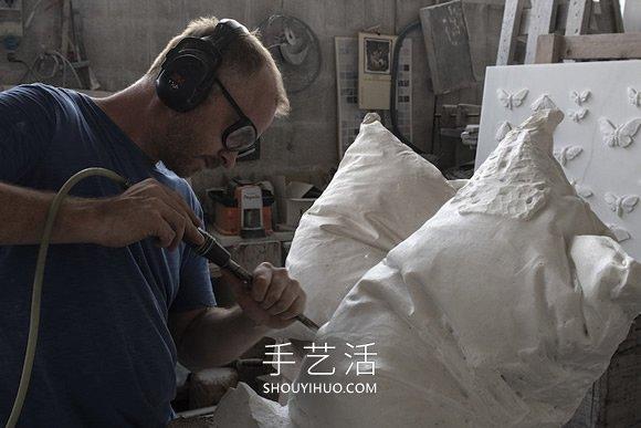 大理石�K雕刻成白色枕�^ �в凶砸还��缰�力就��涌了�M去然褶�! -  www.shouyihuo.com