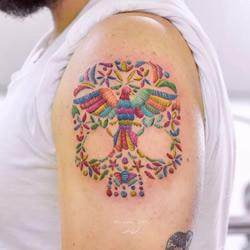 """太惊艳!墨西哥纹身师""""缝""""出彩色花卉纹身"""