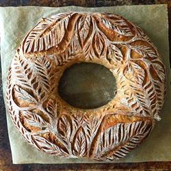 她将精美的设计雕刻到亲手做的面包上