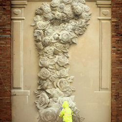 画出由花组成的立体拳头,象征着和平的力量