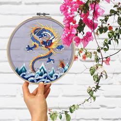 中国艺术家利用传统技术创造美丽的丝绸刺绣