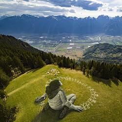 阿��卑斯山草地壁低�感�@道��!Saype的大型��漆��作品