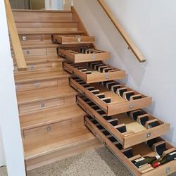 """他将楼梯改造成可存放156瓶红酒的""""酒窖"""""""