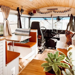 这对夫妻将普通校车改造成时尚小房子