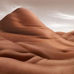 超现实感荒漠岩地?以人体打造广袤大地绝景