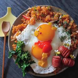 日本妈妈将煎鸡蛋做成可爱的饭菜便当