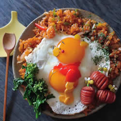 <b>日本妈妈将煎鸡蛋做成可爱的饭菜便当</b>