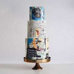 高耸的创意蛋糕,看起来像博物馆的前卫雕塑