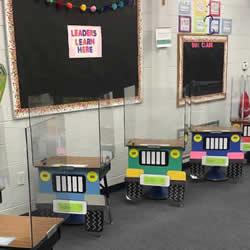 "<b>学生课桌DIY成""吉普车"",以帮助确保安全距离</b>"