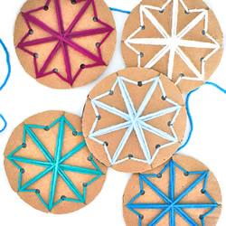 硬纸板手工制作冬天毛线花边雪花的方法教程